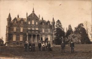 Het kasteel van Meerlaar met op de voorgrond de knechten die dienden bij de familie Schollaert.